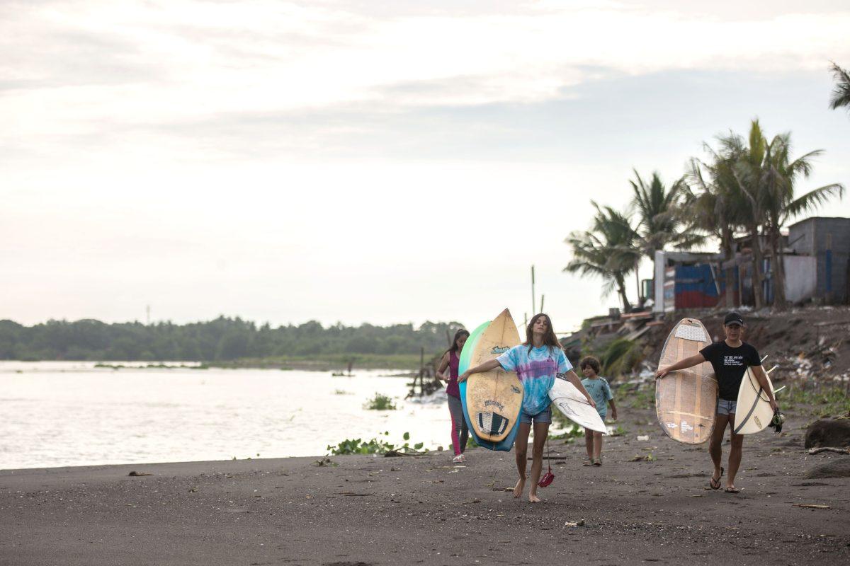 El amor por el surf y los niños: la historia de las atletas guatemaltecas que forman a pequeños en Iztapa