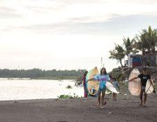 Virginia Bartolomé y Tiziana Billy, instructoras de surf en una playa en Iztapa. (Foto Prensa Libr: EFE)