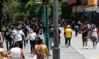Cientos de guatemaltecos visitaron El Paseo de la Sexta, calle de restaurantes y almacenes de art'culos y ropa. Las personas salen despuŽs de que el gobierno dejara libre las restricciones de cierre por el contagio del Coronavirus.       Fotograf'a  Esbin Garcia 01- 08-2020