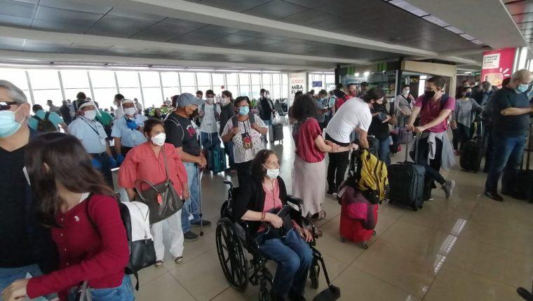 Pasajeros ingresan al Aeropuerto la Aurora durante el primer día de la reapertura. (Foto Prensa Libre: La Red)