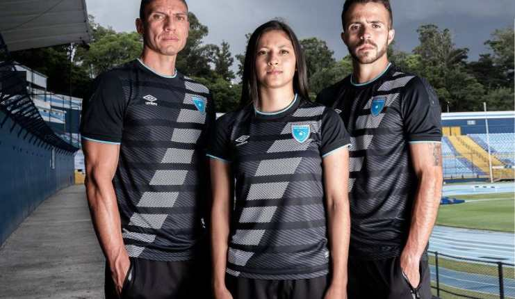 Carlos Gallardo, Andrea Álvarez y Rodrigo Saravia posan con la nueva playera de la Selección de Guatemala. (Foto Fedefut).