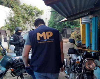 """Ocho agentes de la PNC son capturados por vínculos con la banda delincuencial """"los de La Limonera""""."""