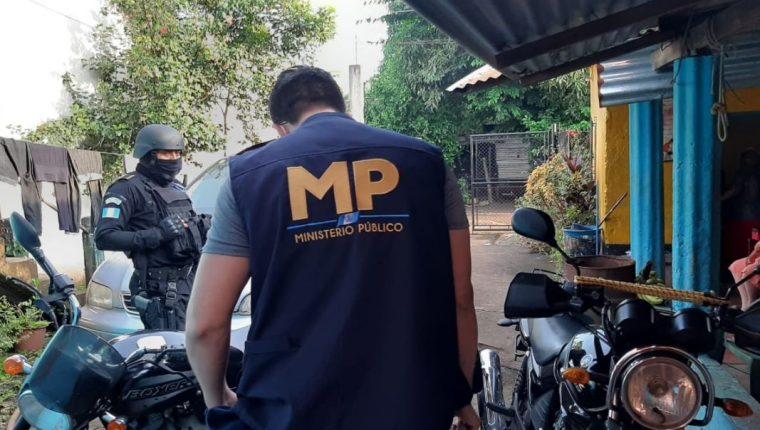 Fiscales del MP en una de las diligencias contra la banda Los de la Limonera. (Foto Prensa Libre: MP)