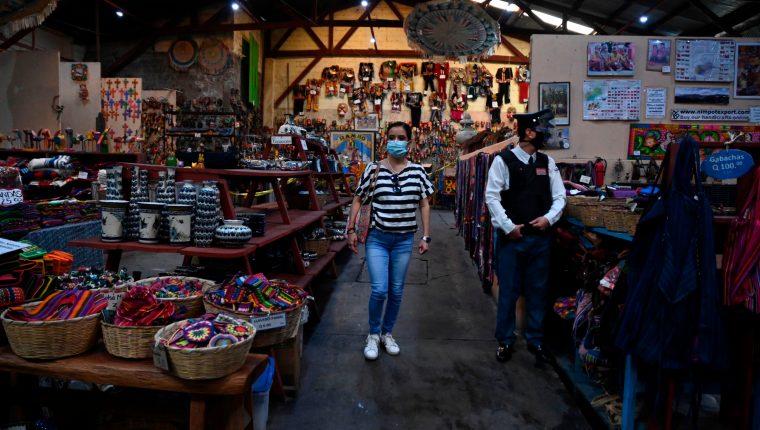 Las personas han dejado de lado el confinamiento en sus casas, pese a que la mayoría de municipios están en rojo, según el semáforo de alertas de coronavirus. (Foto Prensa Libre: AFP)