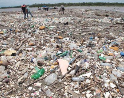 Recientemente autoridades del gobierno de Honduras y de Guatemala hicieron un recorrido por la desembocadura del río Motagua, en Puerto Barrios, Izabal, para constatar la gravedad de la contaminación en ese afluente. (Foto Prensa Libre: Hemeroteca PL)