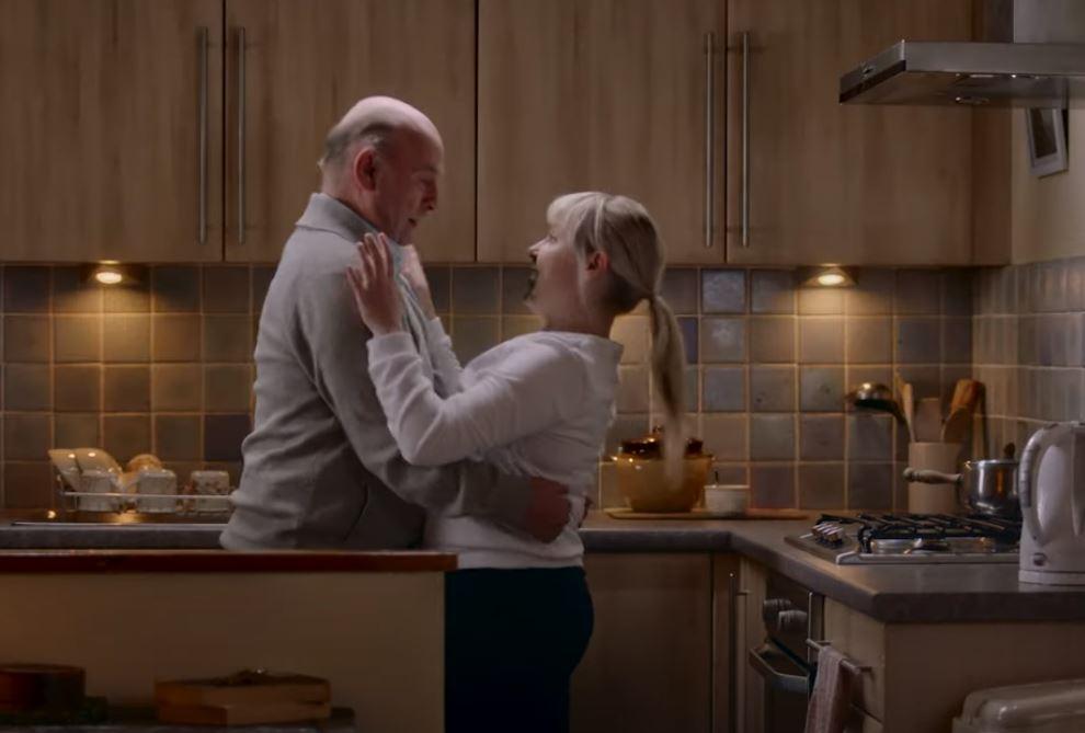 El riesgo invisible: Campaña en Escocia muestra cómo un abuelo se contagia de coronavirus a través de su nieta
