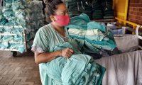 """Los trabajadores """"invisibles"""" saben que su trabajo es esencial y se juegan la vida en sus labores. Foto Prensa Libre: AFP."""