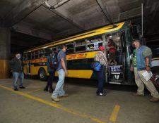 Usuarios abordan un autobús en el Centra. (Foto Prensa Libre: Érick Ávila)
