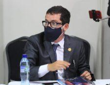 Miguel Martínez, director del Centro de Gobierno, durante la citación con diputados de Winaq y URNG. (Foto Prensa Libre Byron García)