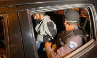 Guardias penitenciarios custodian a Aldo Ochoa en su traslado a Matamoros. (Foto Prensa Libre: Mingob)