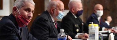El doctor Anthony Fauci, principal virólogo estadounidense (izq.) junto al doctor Robert Redfield director de los Centros para el Control de las Enfermedades (centro) en una conferencia de prensa en Washington el 30 de junio de 2020.