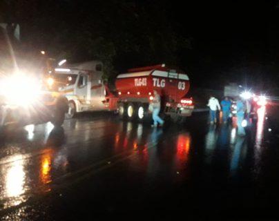 Voluntarios colaboran para ayudar a víctimas del accidente en Zacapa. (Foto Prensa Libre: Wilder López)