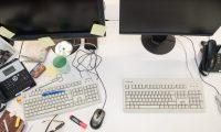 ILUSTRACIÓN - ¿Dónde había quedado el anotador?Los expertos del orden recomiendan mantener el lugar de trabajo vacío. Foto: Robert Günther/dpa