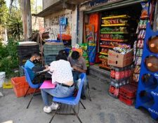 Los estudiantes son acomodados en una calle de Ciudad de México para recibir sus clases. (Foto Prensa Libre: AFP)