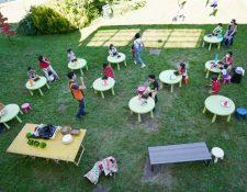 Clase al aire libre en un colegio de Turín, Italia, durante la crisis del nuevo coronavirus. Shutterstock / MikeDotta