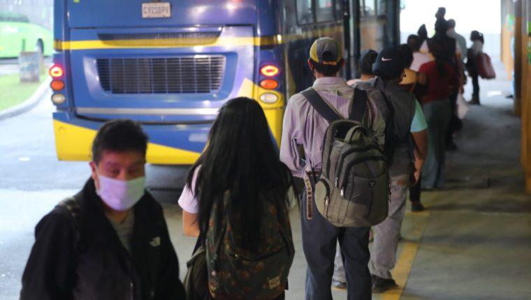 Guatemaltecos continúan tomando precauciones para evitar contagios de coronavirus mientras se llega a la nueva normalidad. (Foto Prensa Libre: Érick Ávila)
