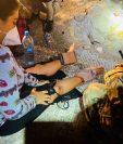 Una mujer recién rescatada  por la Patrulla Fronteriza recibe ayuda médica. (Foto: CBP)