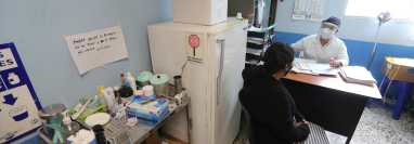 Los centros de salud en los municipios continúan atendiendo a pacientes por enfermedad común, y han tenido que reorganizarse para también ocuparse de la emergencia del covid-19. (Foto Prensa Libre: Érick Ávila)