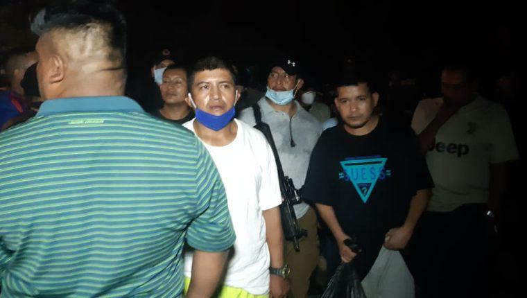 Guardias salen de la cárcel del Infiernito, luego de pasar casi 12 horas de retención. (Foto Prensa Libre: Carlos Paredes)