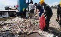 Voluntarios y las fuerzas de Honduras recogen basura que el río Motagua arrastra desde Guatemala. (Foto Prensa Libre: Hemeroteca PL)