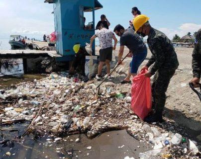 """""""Estamos rebelados"""": Honduras demandaría a Guatemala una indemnización por oleada de basura en playa de Omoa"""