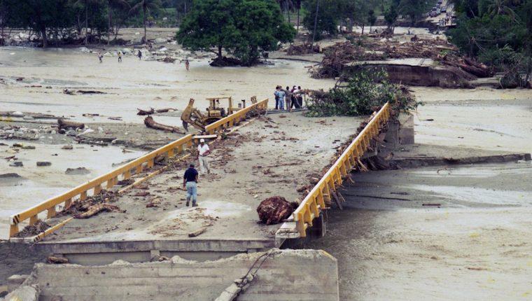 El huracán Mitch  destruyó infraestructura y y bienes de producción, el covid-19, destruye empleo, dice el BCIE. (Foto, Prensa Libre: Hemeroteca PL).