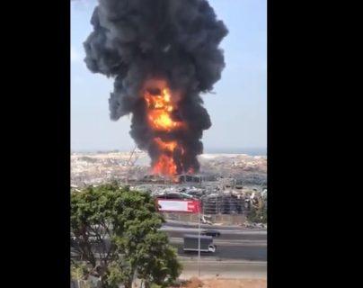 Un nuevo incendio en Beirut causa alarma luego de un mes de la tragedia que dejó unos 190 muertos. (Foto Prensa Libre: Twitter)