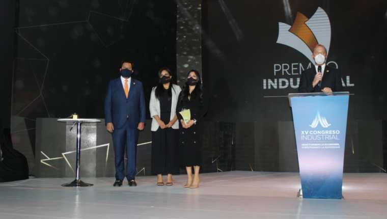Varios empresarios fueron reconocidos por sus aportes al país. (Foto Prensa Libre: CIG)