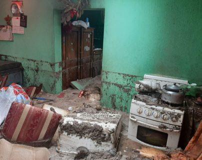 En la 1 avenida zona 0, El Pueblito, Santa Catarina Pinula, la lluvia hizo colapsar el sistema de drenajes, lo ocasionó inundaciones y daños en 5 viviendas. (Foto Prensa Libre: Conred)