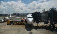 Autoridades se preparan para recibir los primero vuelos internacionales en el Aeropuerto La Aurora, luego de seis meses de estar cancelados por la emergencia del coronavirus.  (Foto La Red)