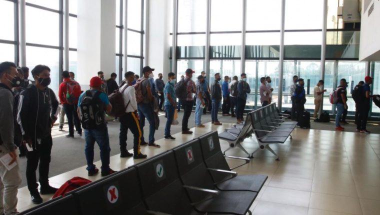 Pasajeros abordan un vuelo privado en La Aurora. Los primeros vuelos comerciales vienen el 18 de septiembre. (Foto Prensa Libre: Fernando Cabrera)