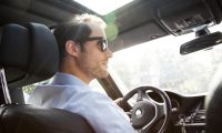 ILUSTRACIÓN - Para conducir con fuerte luminosidad de frente o de costado es recomendable utilizar gafas de sol con revestimiento antirreflejos o polarizadas. Foto: Christin Klose/dpa