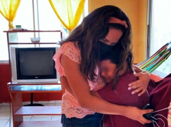 La maestra Eliana Montiel, abraza a su alumno Jesús Castellanos quien, entre lágrimas, le agradece le halla entregado un televisor para continuar con sus clases a distancia. (Foto Prensa Libre: AFP).
