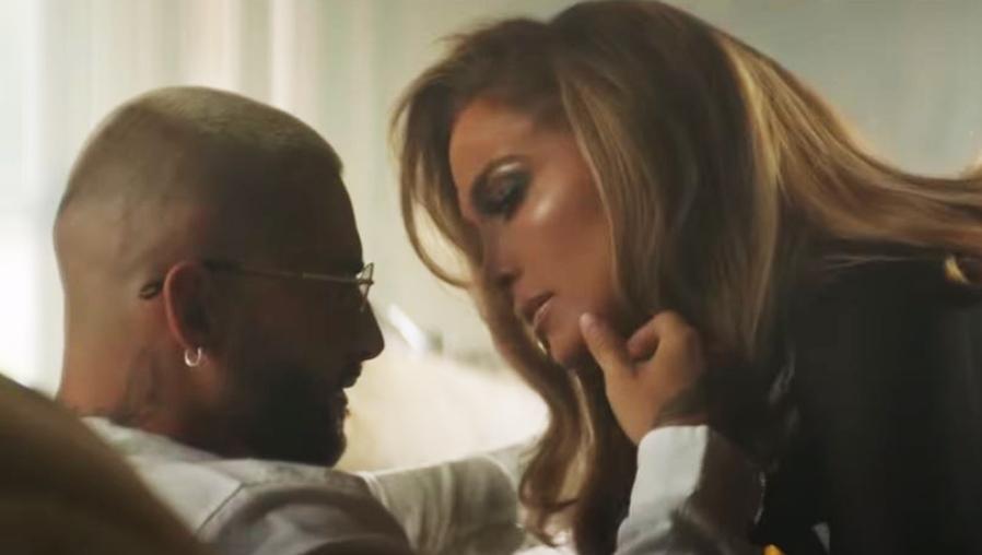"""¿Hubo beso?  Jennifer López y Maluma derrochan sensualidad en """"Pa Ti"""" y """"Lonely"""", sus nuevos sencillos"""