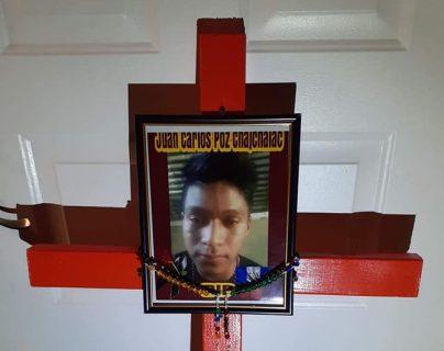Cruz que se colocó en el lugar donde murio el guatemalteco Juan Carlos Poz Chajchalac, en el desierto de Arizona, Estados Unidos. (Foto Prensa Libre: Armadillos Búsqueda y Rescate)