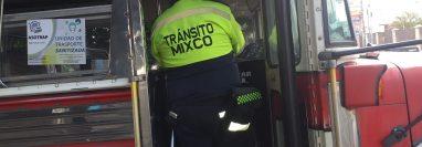 La PMT de Mixco ejecuta operativos para verificar si los pilotos cumplen con las medidas de prevención para evitar contagios de covid-19. (Foto Prensa Libre: Mixco)