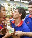 Omar Pivaral, Sergio Guevara y Édgar Estrada celebran el título de Municipal conseguido en 2001. (Foto Prensa Libre: Hemeroteca PL)