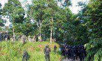 Agentes del Ejército y de la PNC durante el operativo antinarcótico. (Foto Prensa Libre: Ejército)