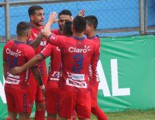 Ramiro Rocca festeja con sus compañeros uno de lo cuatro goles conseguidos frente a Sanarate. (Foto Prensa Libre: Norvin Mendoza)