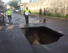 Hundimiento en la calle principal de la colonia Pablo VI, en la zona 7 de Mixco. (Foto Prensa Libre: Mynor Espinoza)