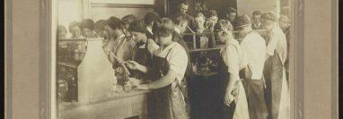 Estudiantes en el laboratorio de un centro educativo de Pensilvania hacia 1910. Science History Institute. Philadelphia., CC BY-SA