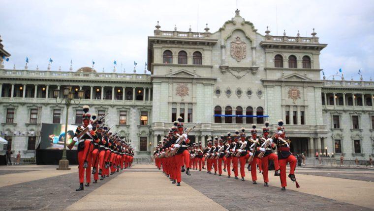 Festejos de Independencia frente al Palacio Nacional de la Cultura. (Foto Prensa Libre: Carlos Hernández)