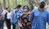 Cientos de personas hacen cola en el paseo d la sexta en la zona 1, donde el ministerio de Gobernaci—n por medio de reservistas del ejercito de Guatemala hace la entrega de mascarillas para evitar el contagio del coronavirus.   Fotograf'a. Erick Avila.                  16/04/2020