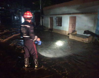 La lluvia que afectó durante la noche y madrugada gran parte del territorio nacional ocasionaron el desborde del río La Tunas, en Sanarate, que inundó varias viviendas en Sanarate, El Progreso. (Foto Prensa Libre: Bomberos Municipales Departamentales)