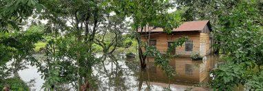 El desbordamiento del río Sayaxché también provocó daños en viviendas en Petén. (Foto Prensa Libre: Conred)