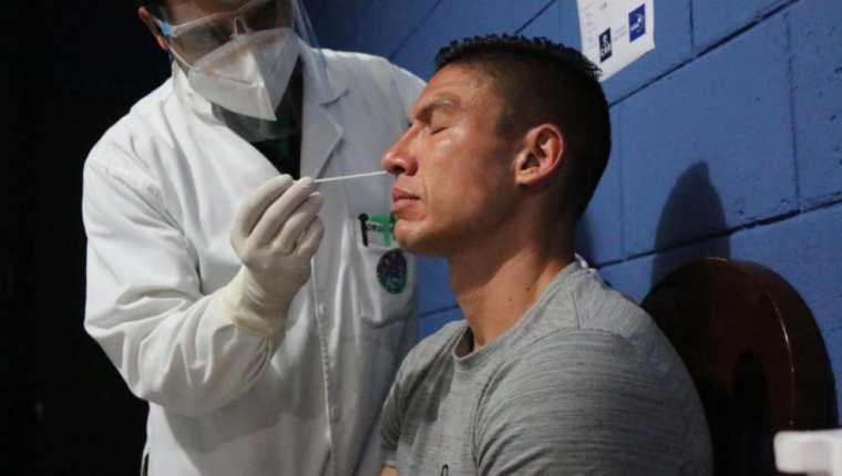 Carlos Gallardo durante las pruebas de hisopados realizadas este domingo en el CAR. (Foto Fedefut).