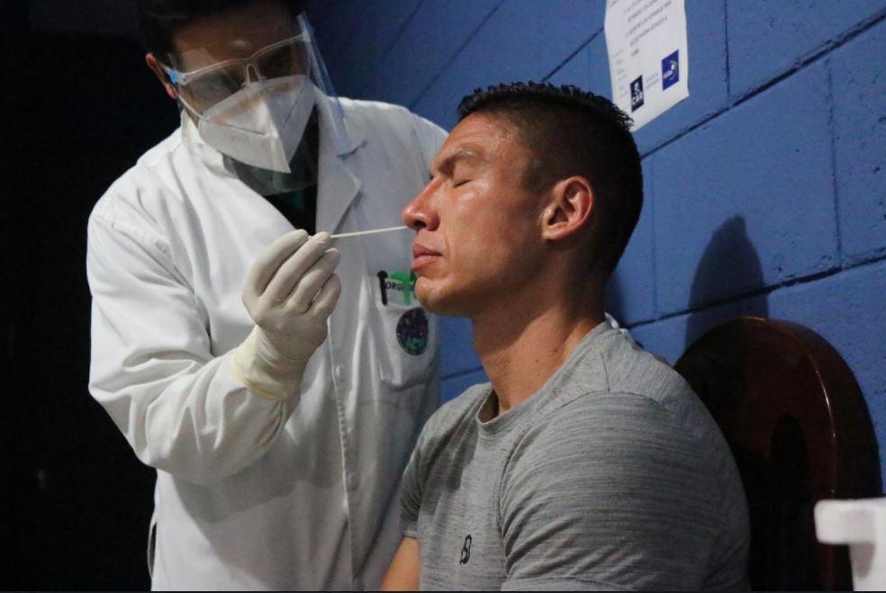 Fedefut realiza prueba de hisopado a seleccionados antes de viajar a México