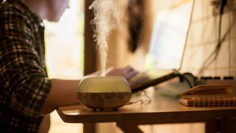 En el mercado mundial hay difusores y purificadores de aire. Algunos ofrecen, incluso, eliminar bacterias y virus, aunque no se ha concluido científicamente que el SARS-CoV-2 esté en el aire. (Foto Prensa Libre: Shutterstock)