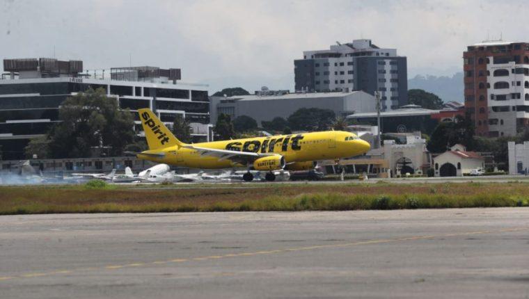 Avión de Spirit, que voló de Fort Lauderdale, Estados Unidos, fue el primer vuelo comercial en llegar al Aeropuerto Internacional La Aurora, luego de seis meses.  (Foto Prensa Libre: Érick Ávila)