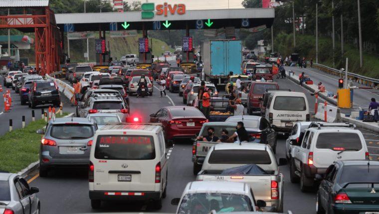 Unos 20 mil vehículos transitaron el fin de semana anterior por la autopista Palín-Escuintla, según la empresa operadora fue un flujo similar al que había antes de la pandemia. (Foto, Prensa Libre: Hemeroteca PL).
